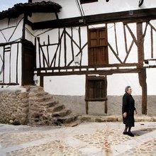 Casas tradicionales en una calle de Cabezuela del Valle