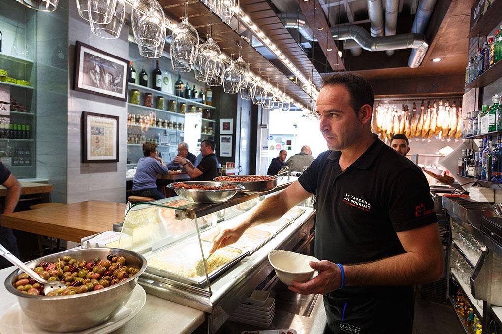 Tapear en Alicante: La Taberna del Gourmet - barra-. Foto: Pepe Olivares
