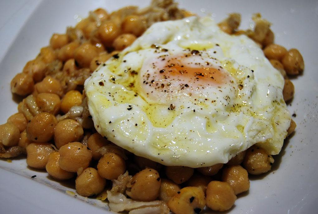Sense: espadenyes con garbanzos y huevo frito. Foto: Eduard Ros