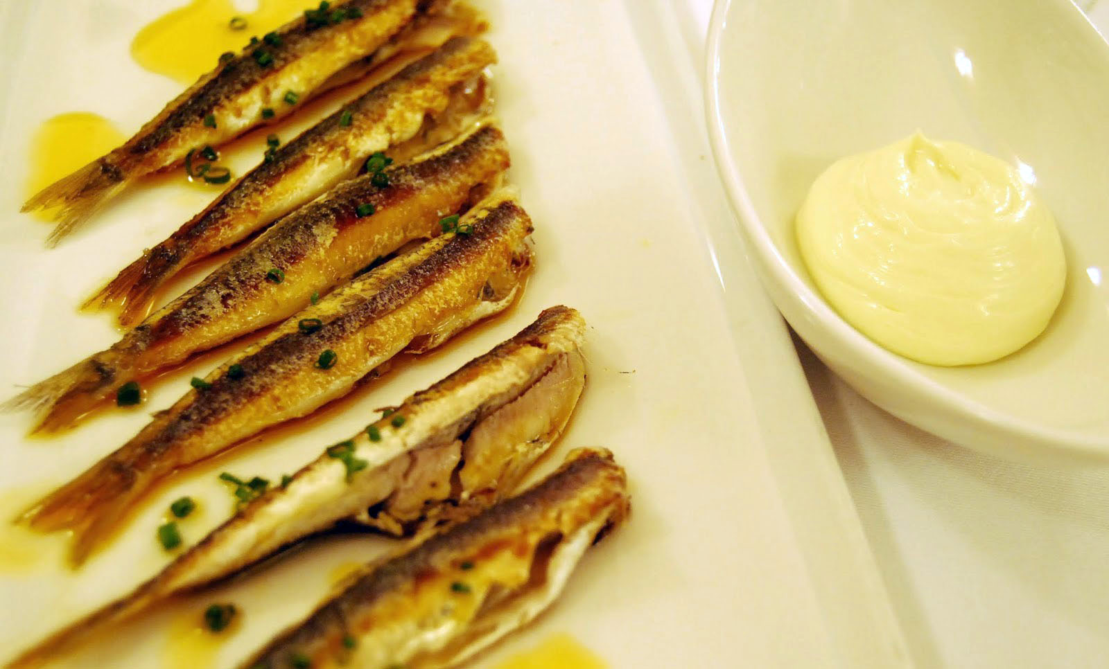 Bonanova: salmonetes con parmentier de patata y ajada. Foto: Eduard Ros