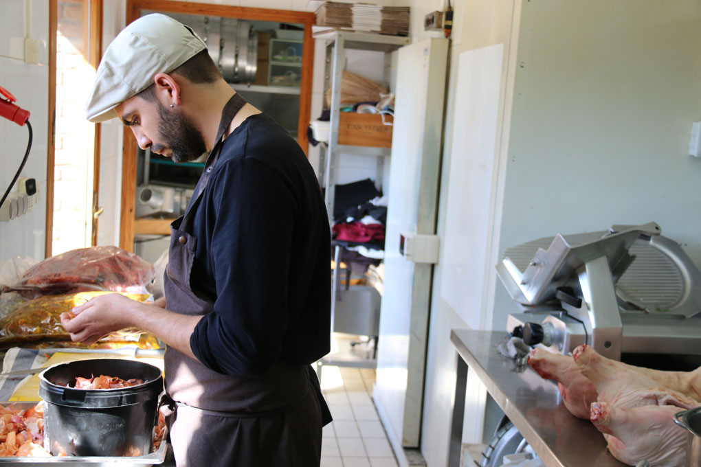Chef en la cocina pelando cebollas