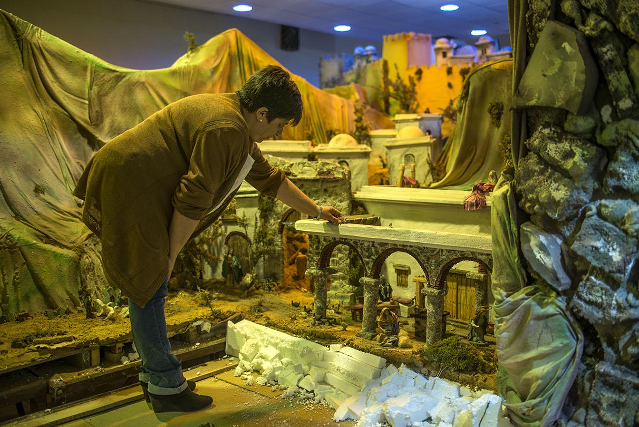 Belén Jerez de los Caballeros (Badajoz). Colocando figuras en el Belén (6). Foto: Alfredo Cáliz
