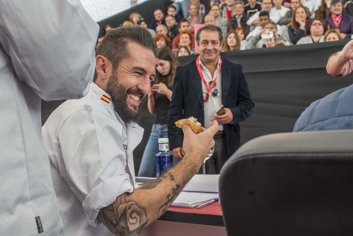 XIII Concurso Nacional de Tapas. El chef Javier Peña probando la ensaimada de cangrejo de río. Foto: Alfredo Cáliz