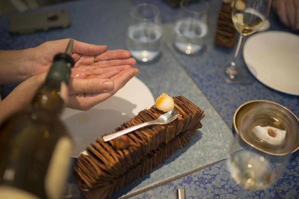 El whisky cae sobre las manos antes de tomar la tarta