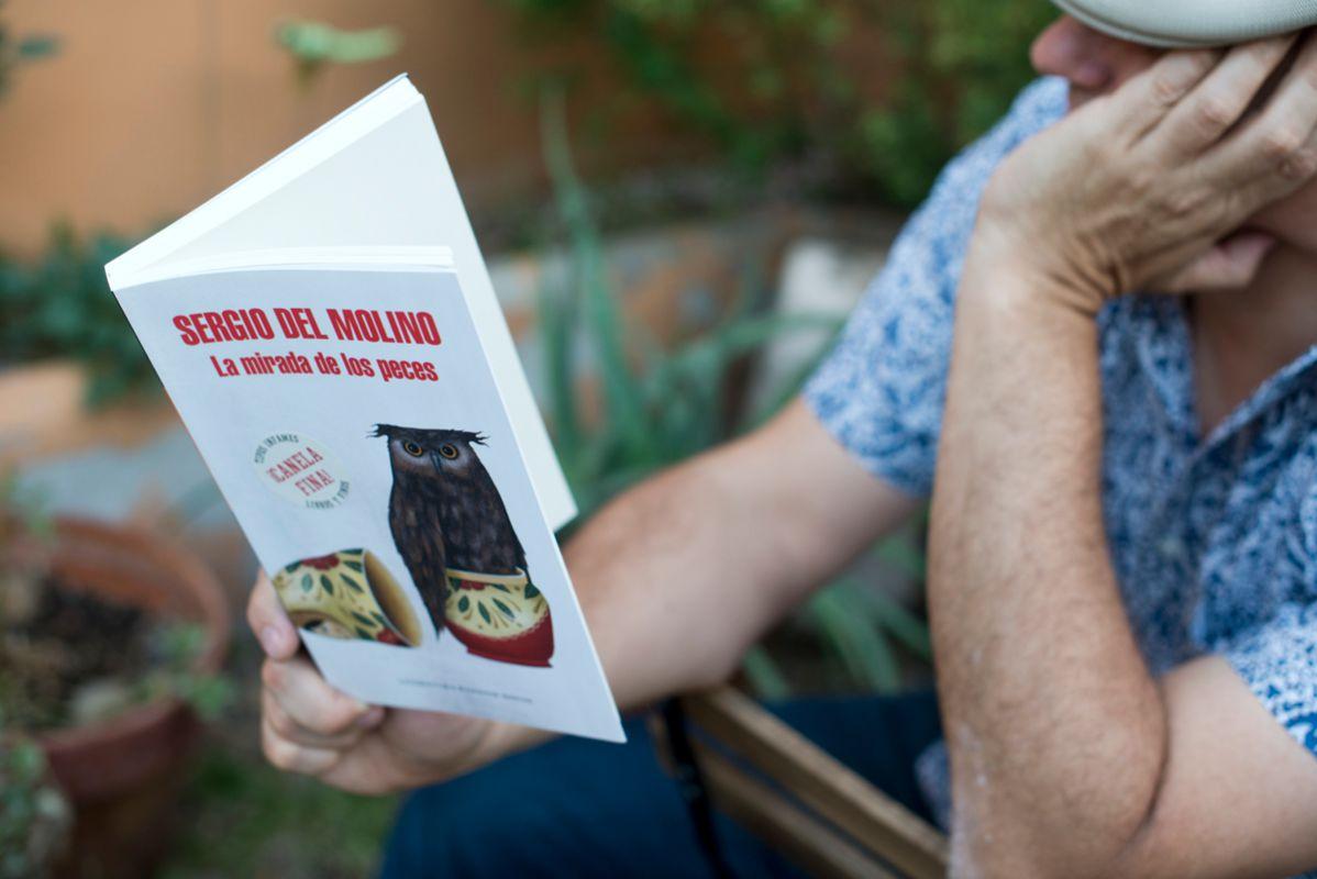 Un chico leyendo La mirada de los peces, de Sergio Molino. Foto: Sofía Moro