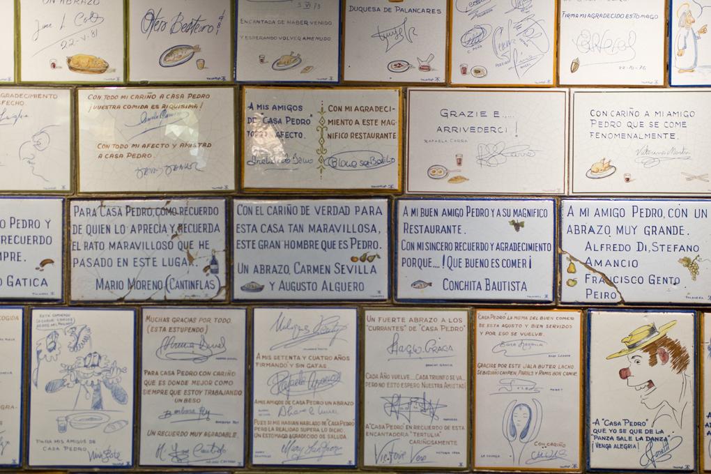 Firmas sobre azulejo de ilustres clientes del restaurante