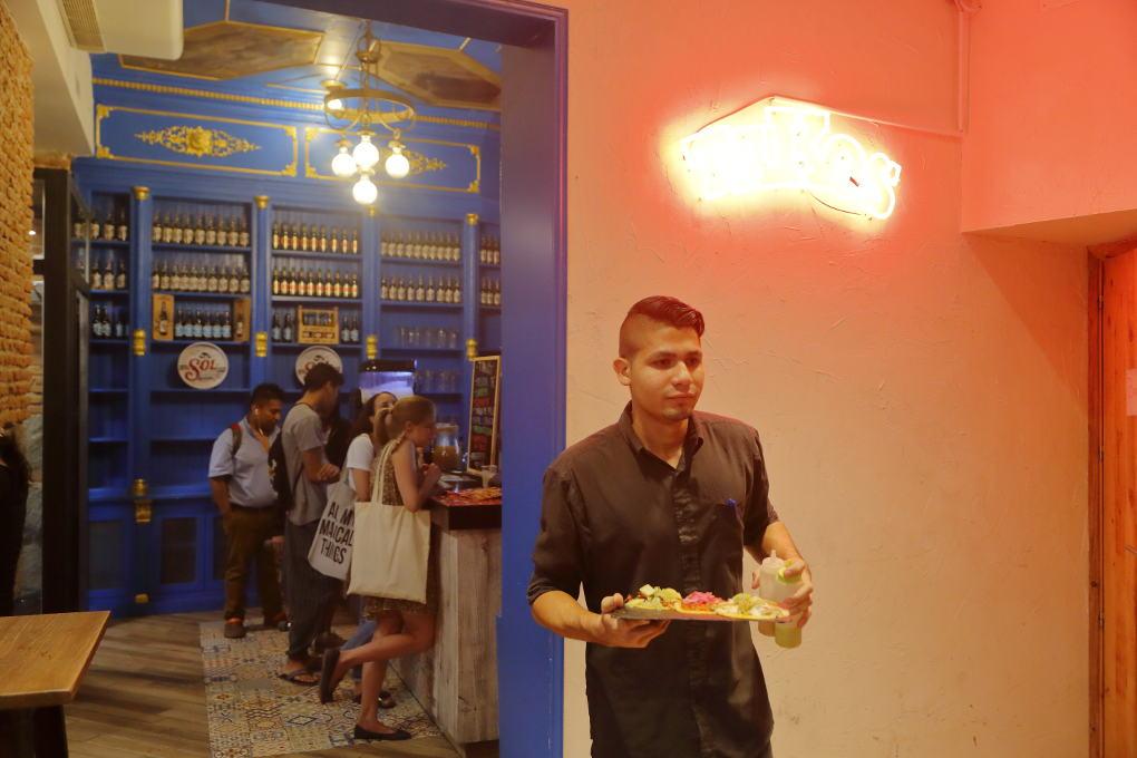 Un camarero de Takos al Pastor. Foto: Roberto Ranero