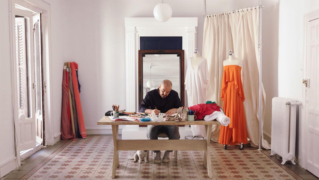 Diseño chaquetillas Guía Repsol - Duyos en su estudio.
