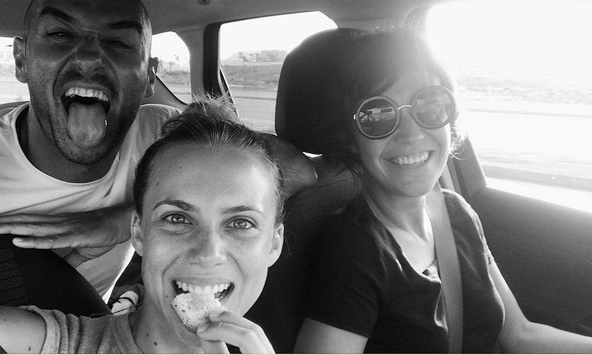 La actriz Aura Garrido con compañeros durante un rodaje. Foto: Instagram