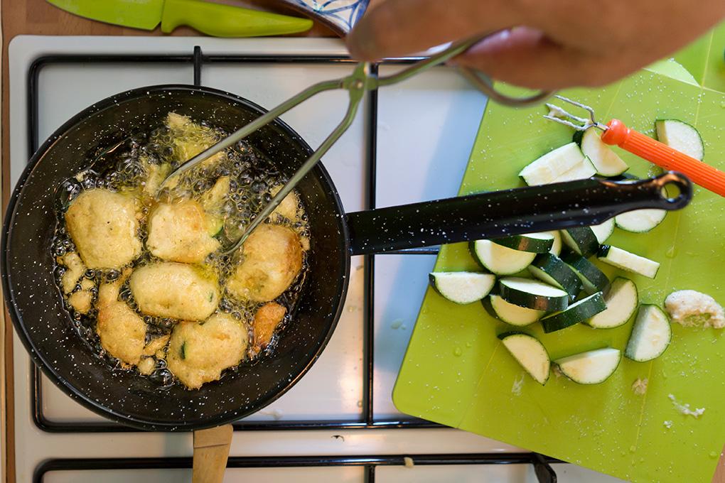 Buñuelos de calabacín en la sartén