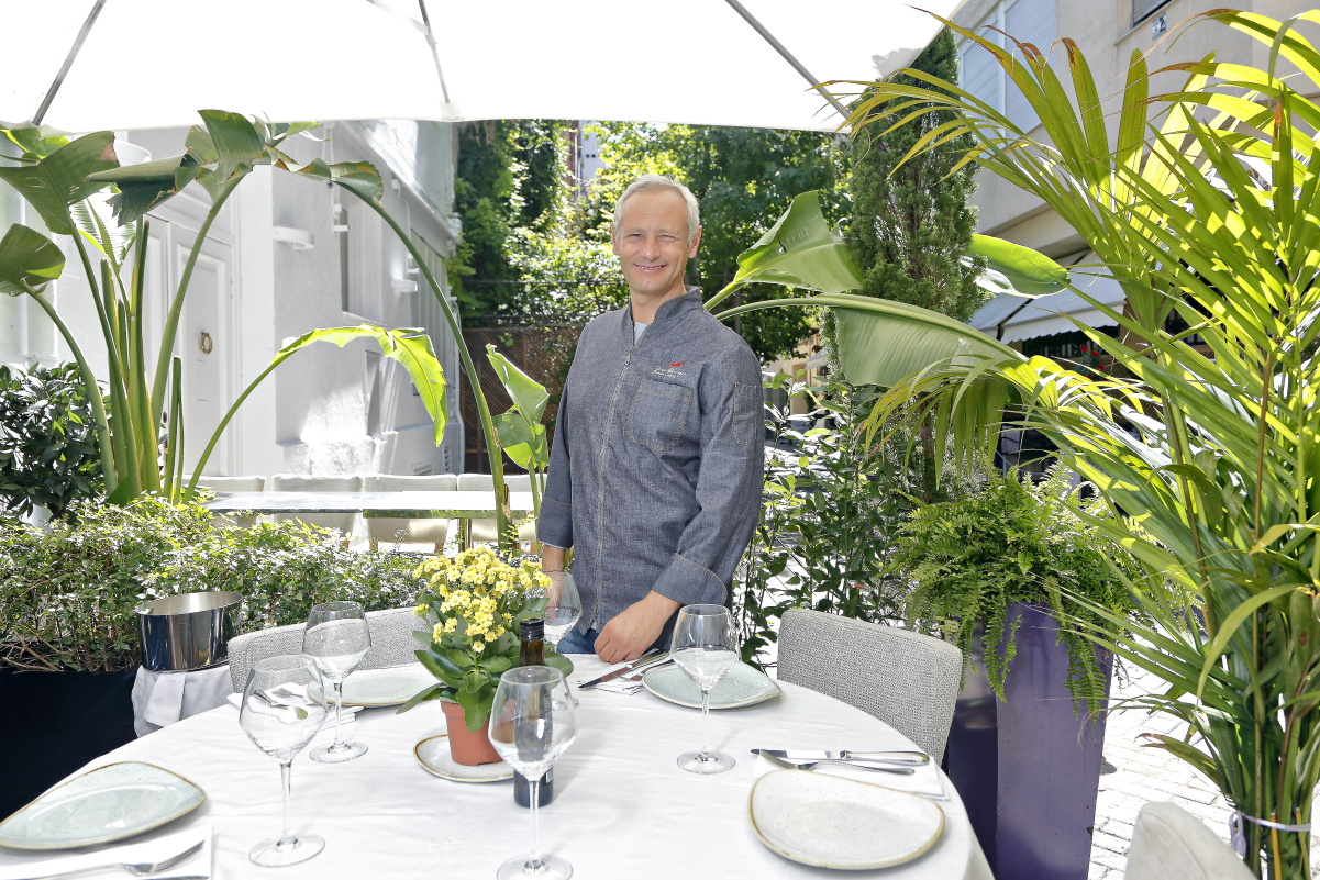El chef de Taberna Los Gallos, Jesús Almagro, en la terraza del local. Foto: Roberto Ranero