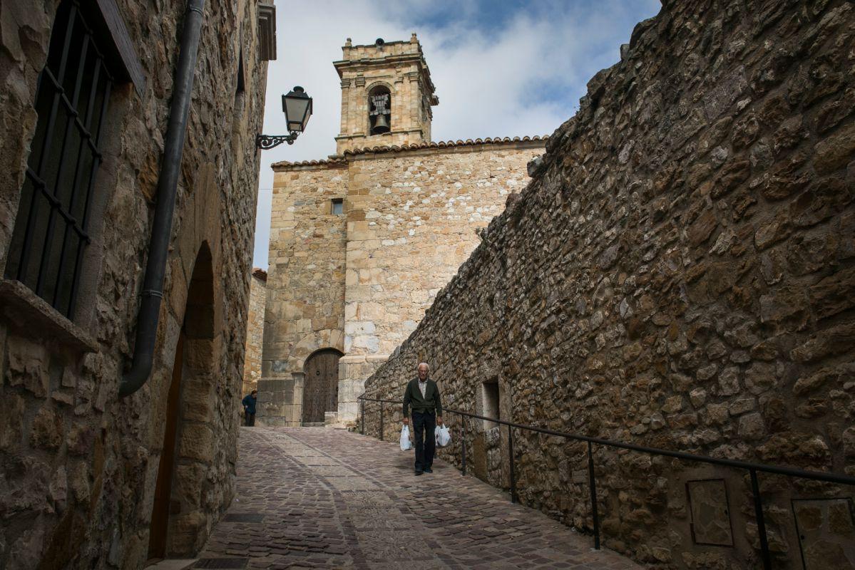 Un paisano pasea por las calles de Benasal. Foto: Eva Máñez