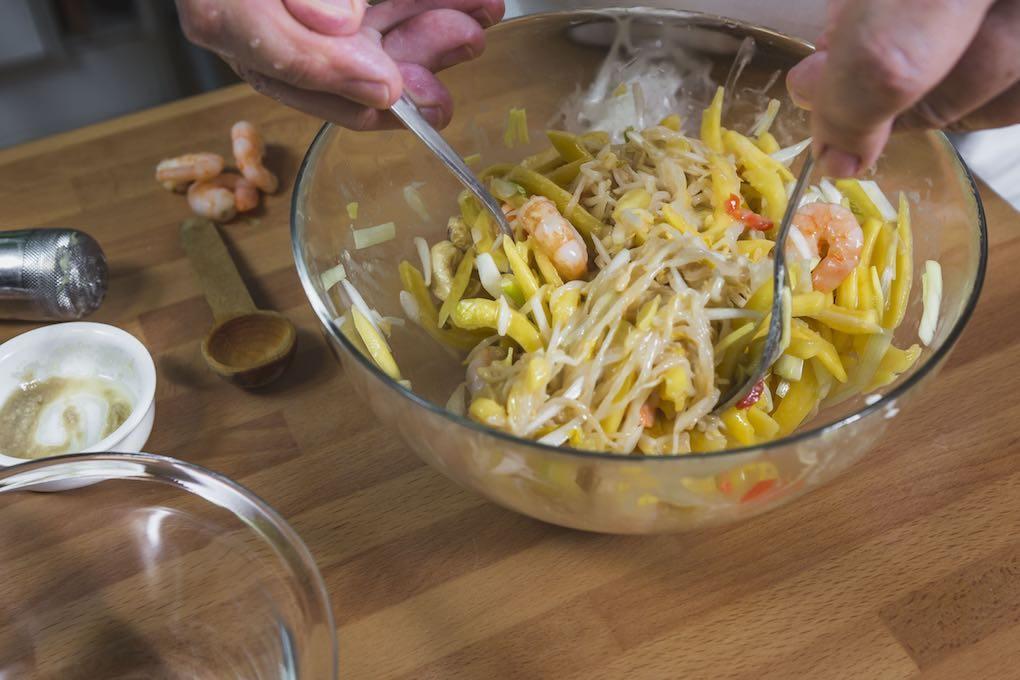 Ensalada de mango. Removiendo ingredientes. Foto: David de Luis