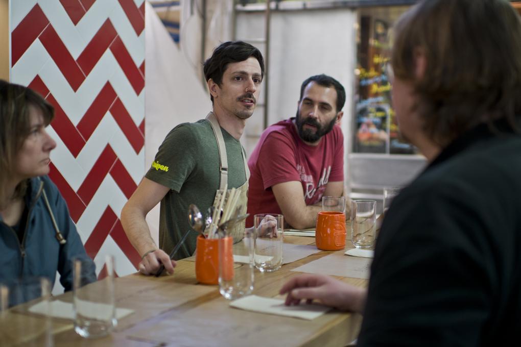 Roberto cuenta a los clientes los platos del día