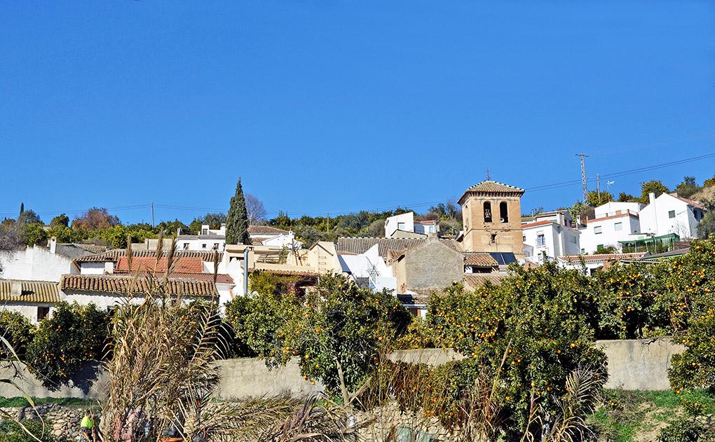 Un pueblo del valle rodeado de naranjos