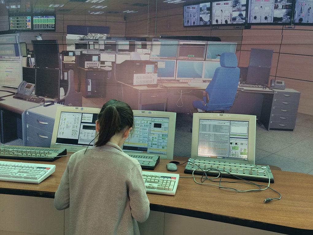 Una niña frente al centro de operaciones de la NASA de Madrid