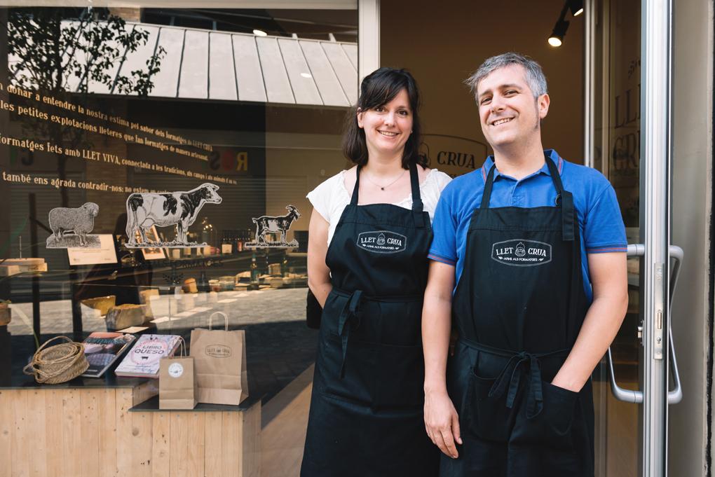 Xevi y María frente a su tienda