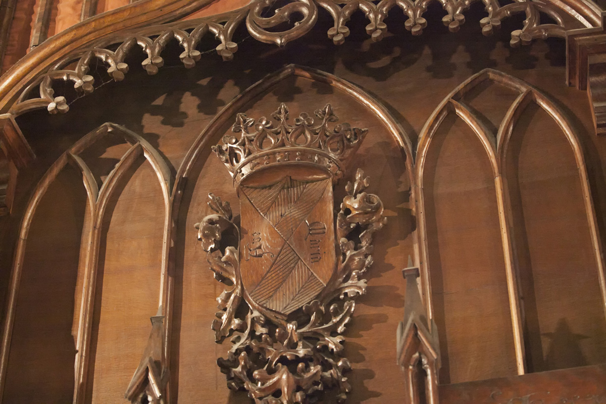 Detalle del escudo tallado en madera del órgano de la iglesia de la Asunción, en Torrelavega. Foto: José García