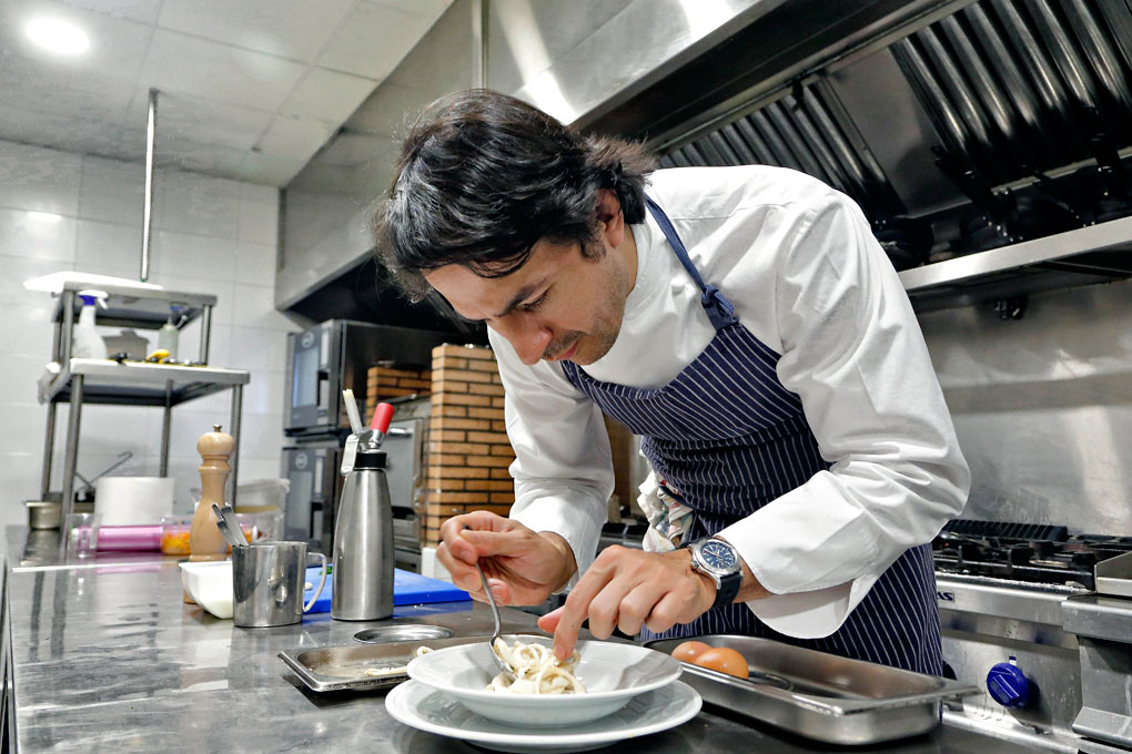 Mario Vallés cocinando en Narciso