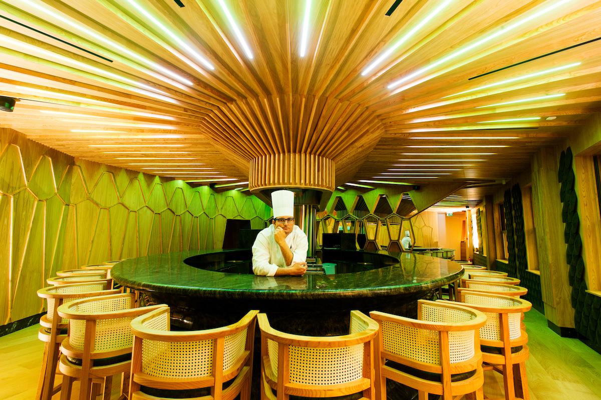 La barra del A'Barra y el chef Juan Antonio Medina. Foto: cedida