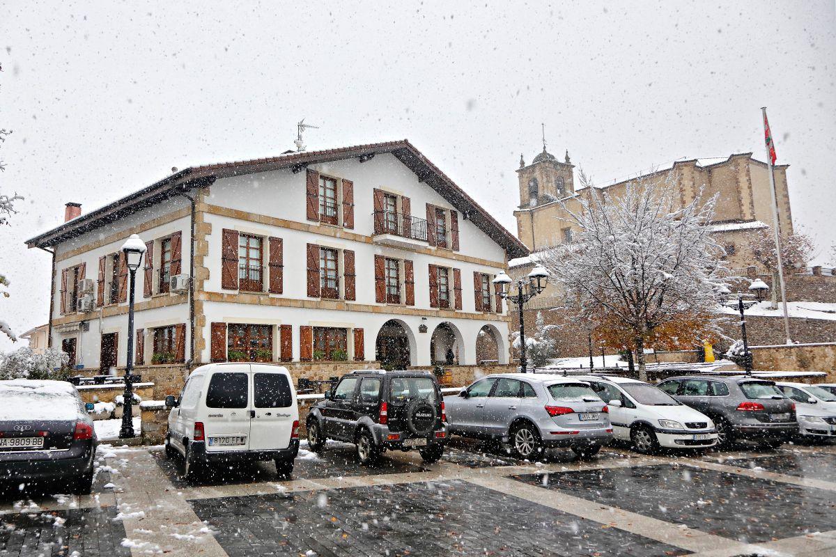 Nevando en la carretera