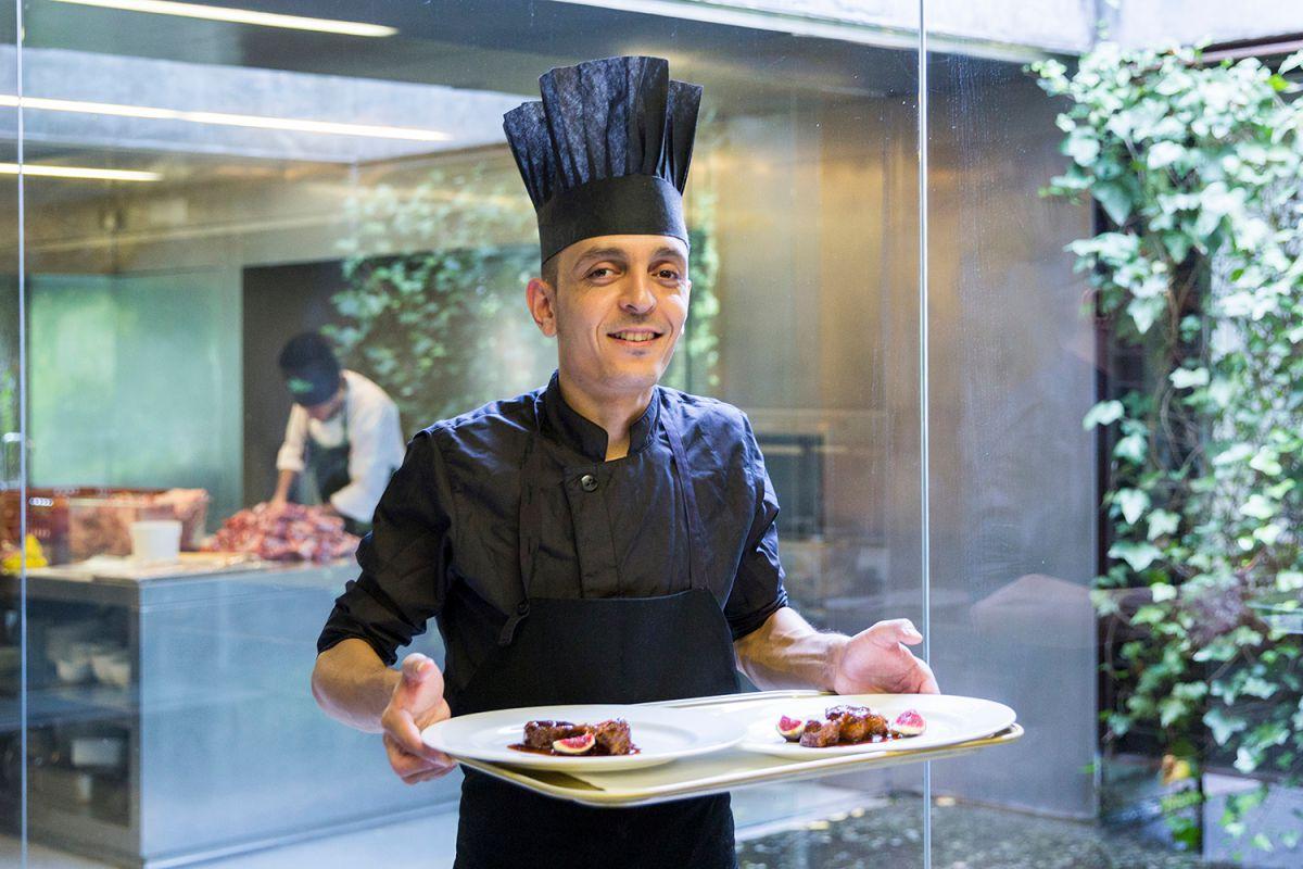 Uno de los cocineros muestra los platos. Foto: Kristin Block