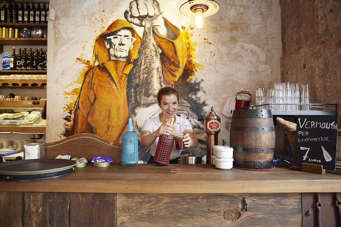 Restaurante Vidrios y Cristales (Barcelona) - una camarera en la barra. Foto: Xavier Torres-Bacchetta