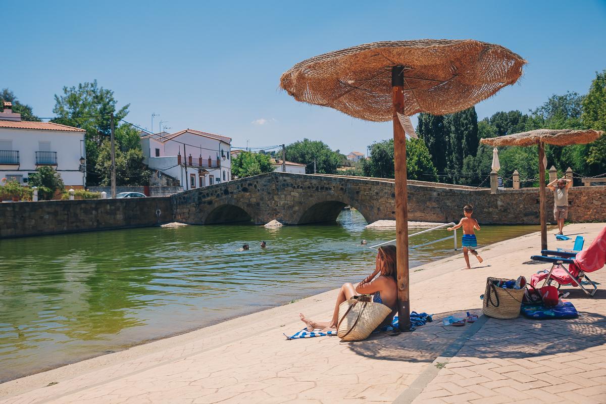 Sombrillas junto al puente romano de San Nicolás del Puerto. Foto: Javier Sierra