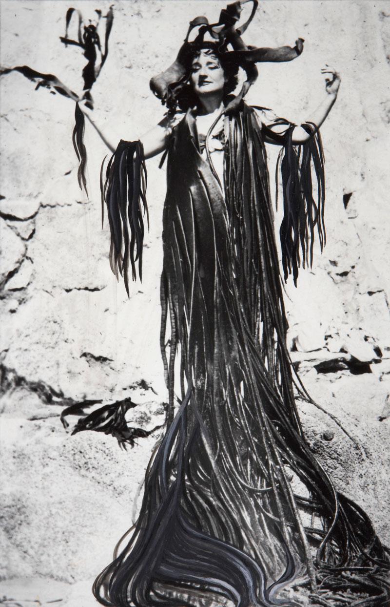 Maruja Mallo con manto de algas