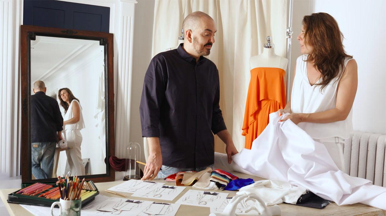 Juan Duyos y María Ritter en el estudio del diseñador probando tejidos