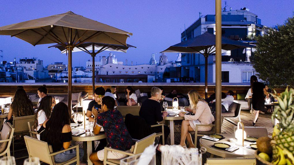 Ambiente nocturno en la terraza. Foto: César Cid