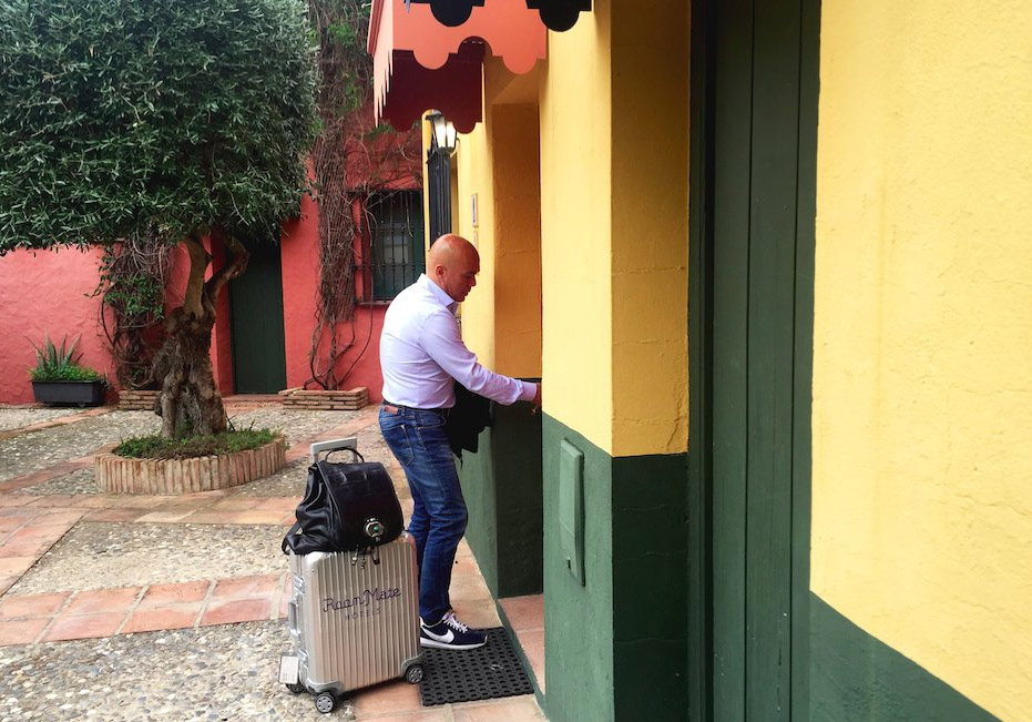 Kike Sarasola y sus inseparables maletas. Foto: Kike Sarasola
