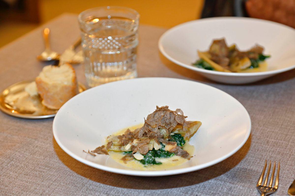 Plato de carpaccio de champiñón, corazón de cardo y jamón deshidratado. Foto: Roberto Ranero
