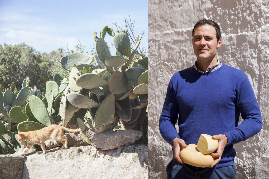 Toni Galmes posa orgulloso con su queso en el Mercat Agrari. Foto: Antonio Xoubanova