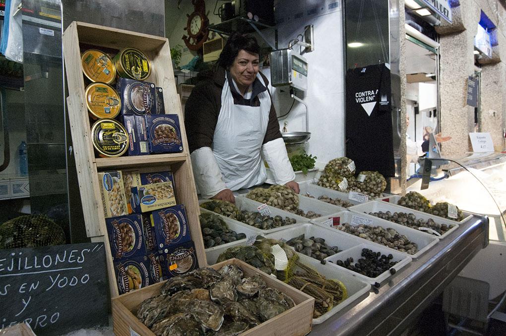 Mercado de Abastos (A Coruña). Dora en su puesto. Foto: Clara Vilar