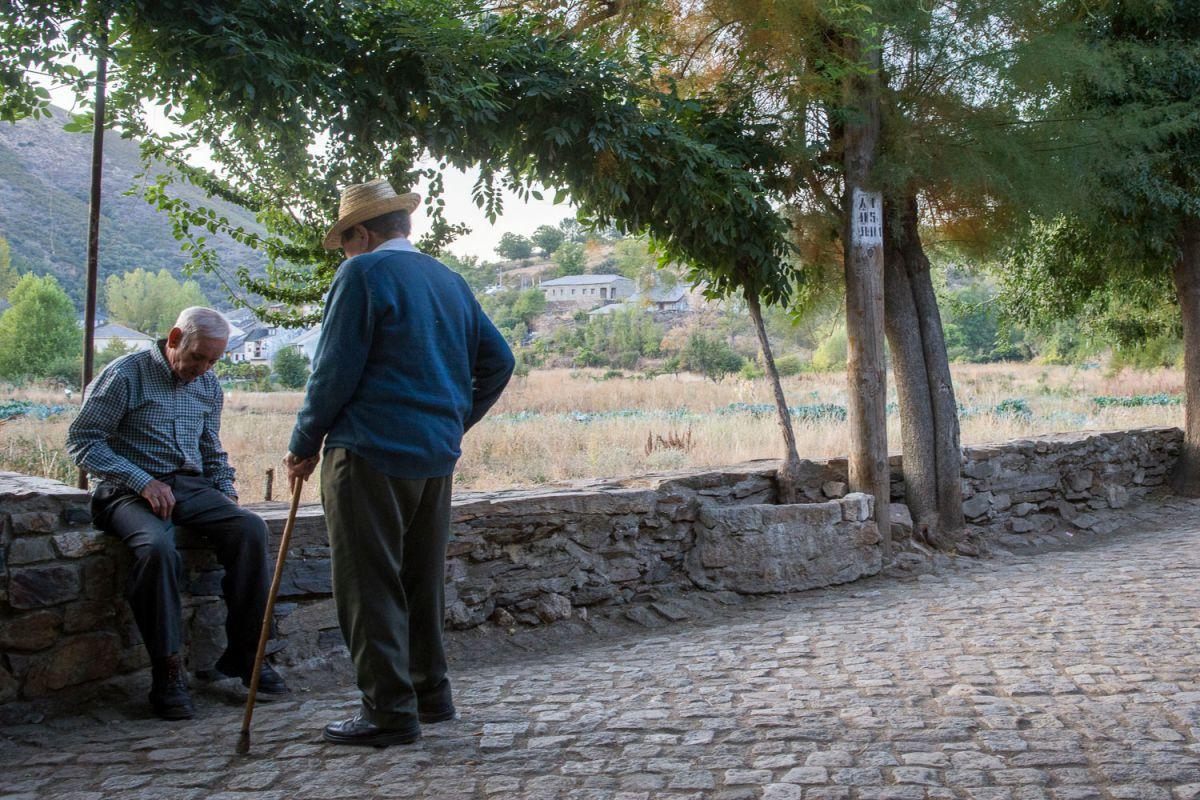 Unos vecinos de Riohonor de Castilla junto a los huertos comunales. Foto: Manuel Ruiz Toribio
