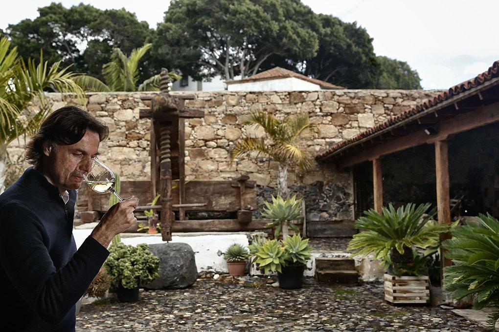 Altos de Trevejos: Enrique Alfonso en el patio. Foto: Roberto Ranero
