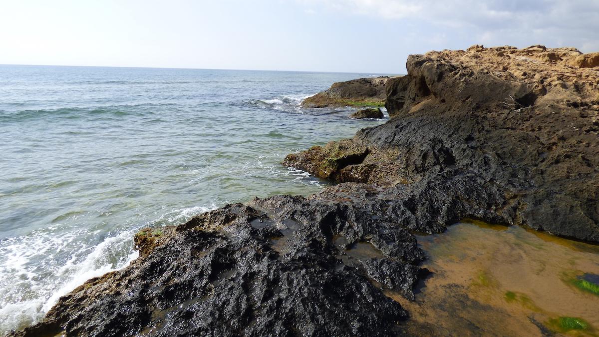 Las rocas y el mar en el parque regional de Calblanque. Foto: Luciano Vílchez / Asociación Calblanque