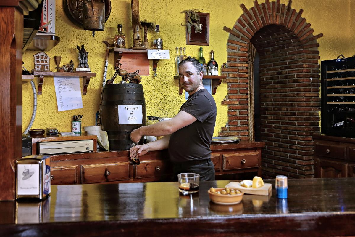 El dueño del restaurante El Castril sirve un vermut en la barra