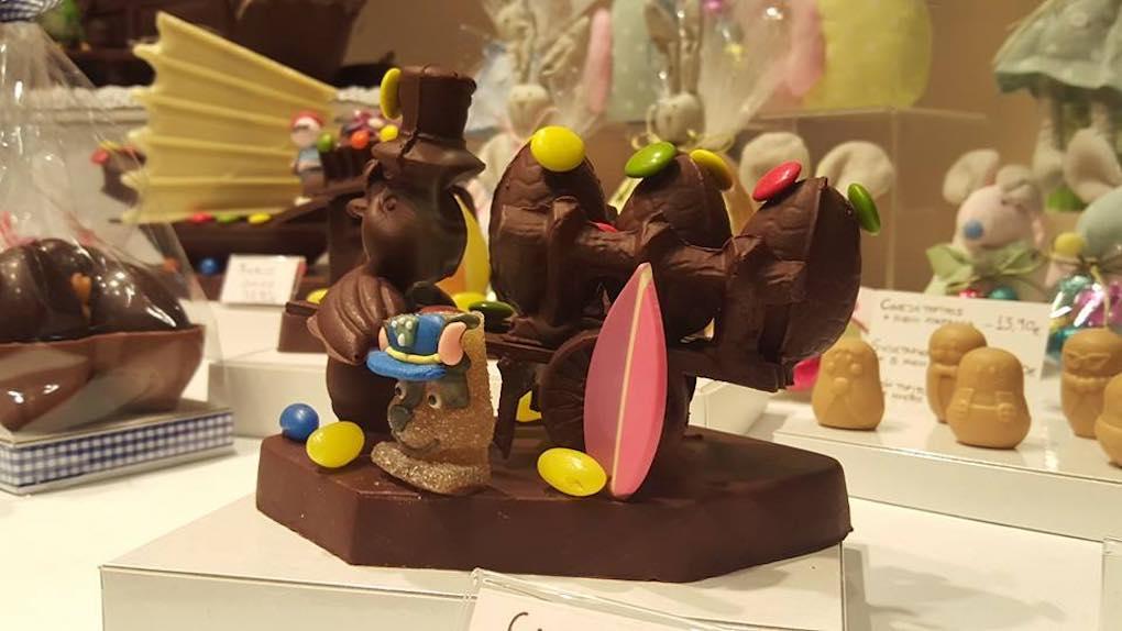 Mona de chocolate con golosinas de la Pastelería Ascaso. Foto: Facebook