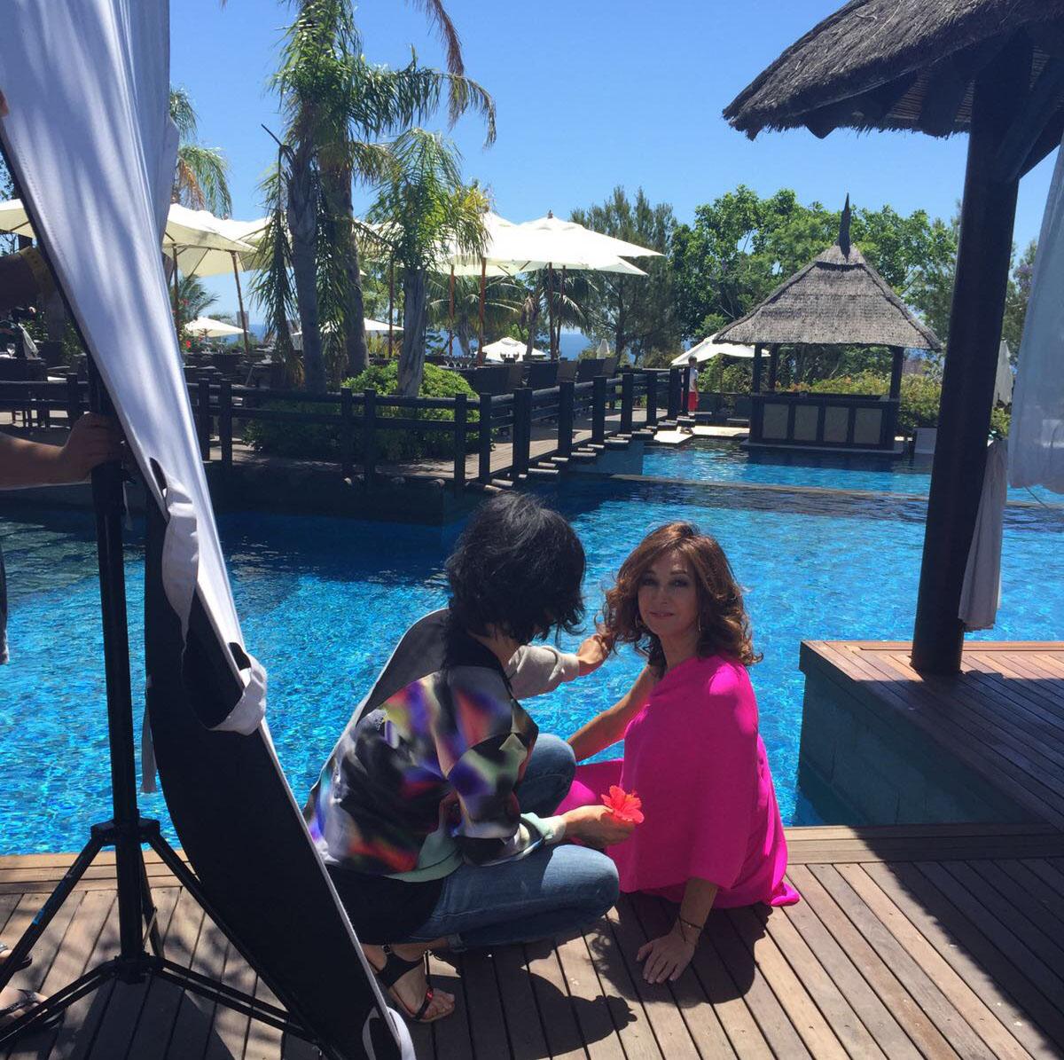 Ana Rosa Quintana con el hotel 'Asia Gardens' de Benidorm. Foto cedida por Revista AR