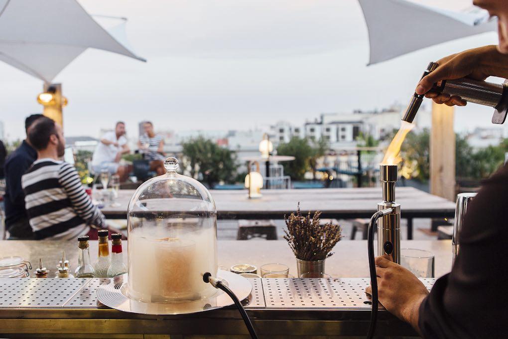 Preparando un cóctel en el Atico del hotel Alma. Foto: César Cid