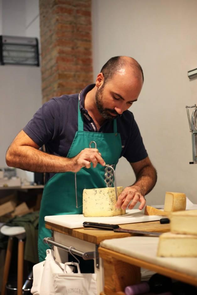 Cortando queso en Can Luc