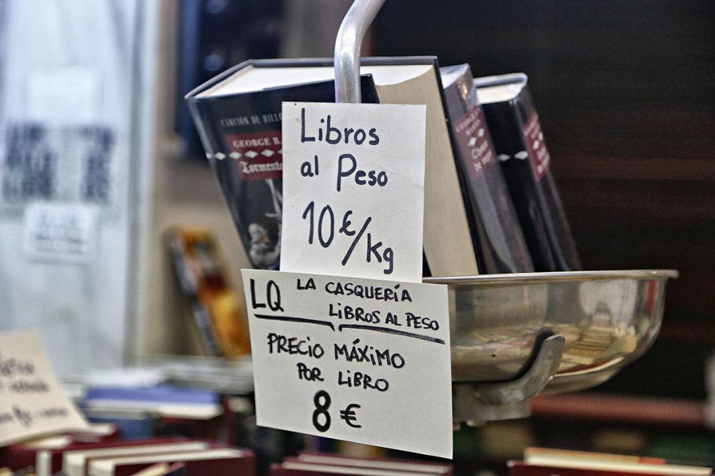 Librerías de Madrid: Báscula con libros de La Casquería. Foto: Roberto Ranero