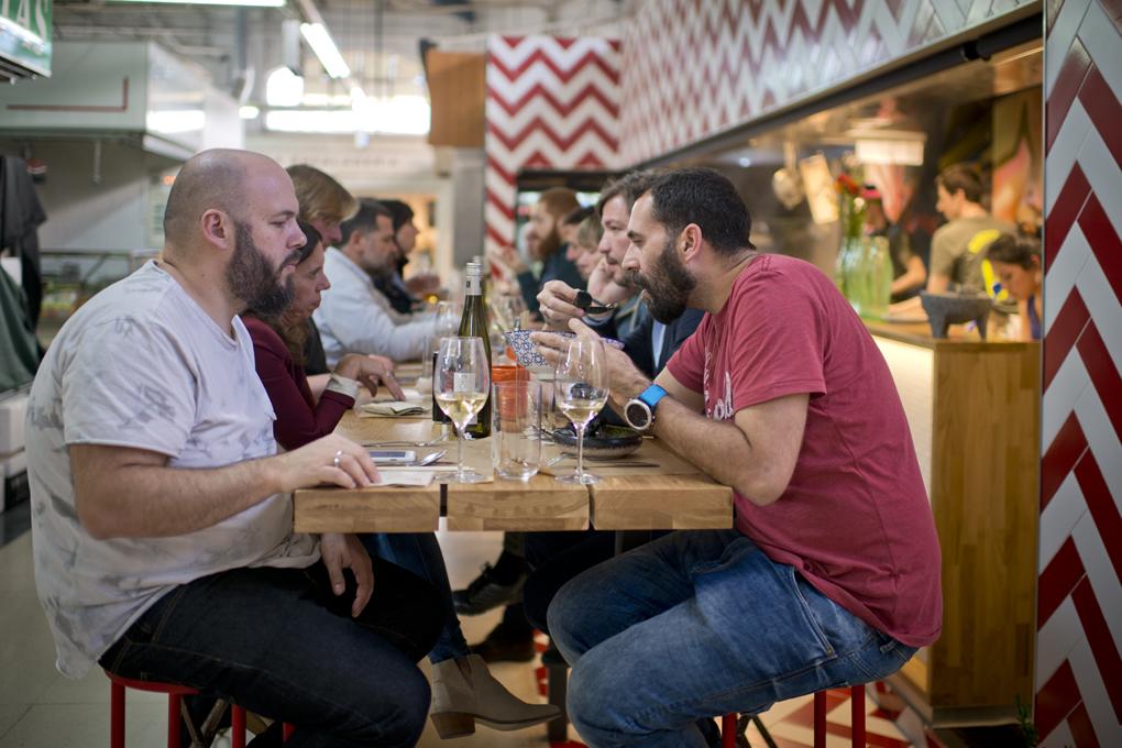 La mesa con los 16 comensales que caben y que esperan sus platos