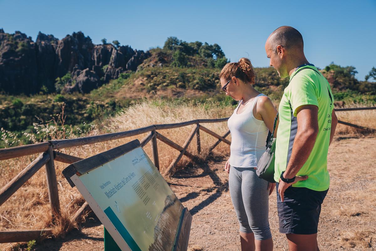 Una pareja mirando los paneles informativos de la ruta. Foto: Javier Sierra