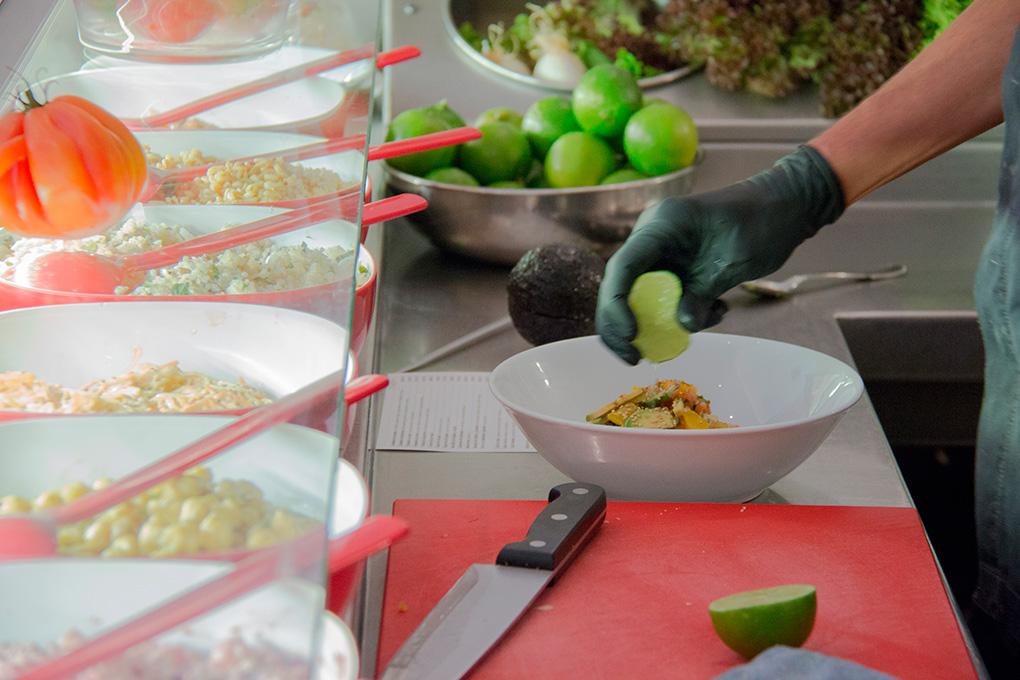 Restaurante Flash Flash, Barcelona: Preparando una ensalada. Foto: Zach C. George