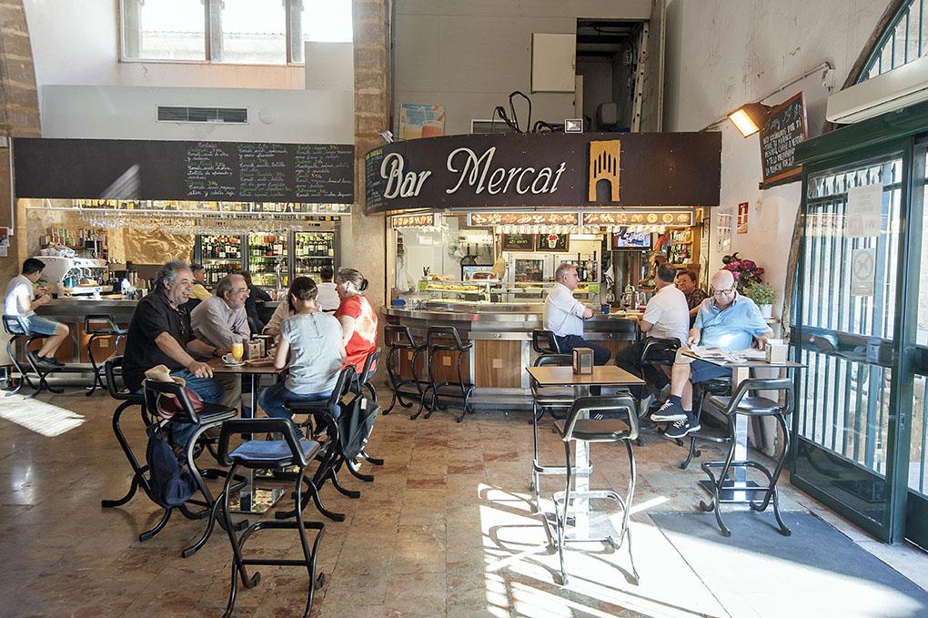 Mercado Municipal Javea - clientes bar 2 - Foto: Rafa Molina