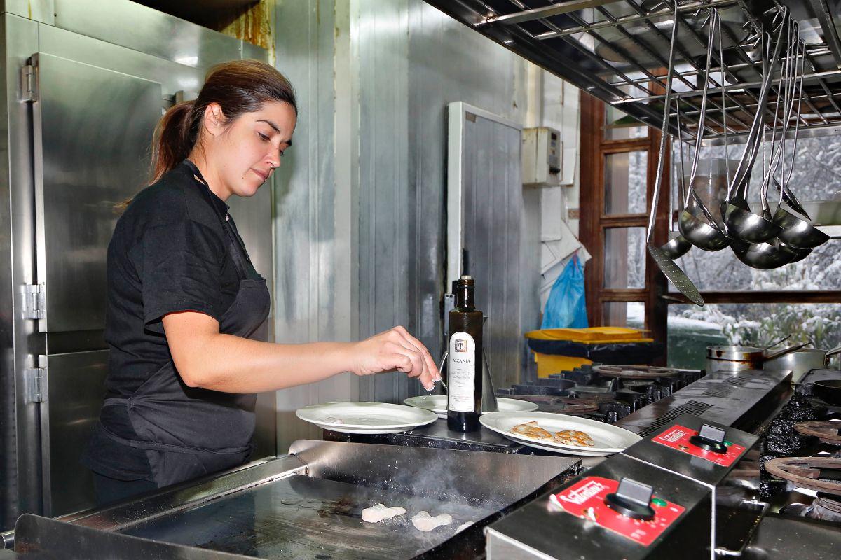 Trabajando en la cocina. Foto: Roberto Ranero