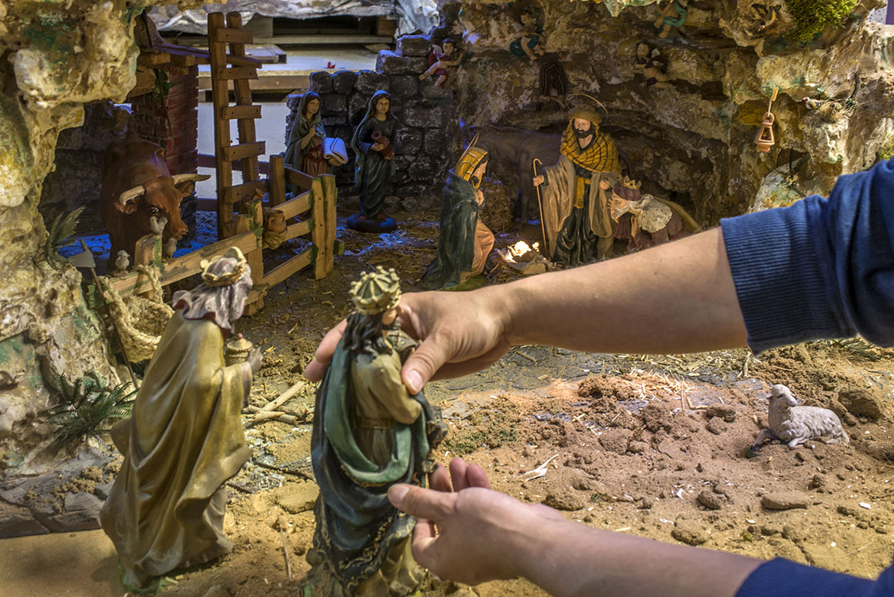 Belén Jerez de los Caballeros (Badajoz). Colocando los Reyes Magos en el Nacimiento. Foto: Alfredo Cáliz